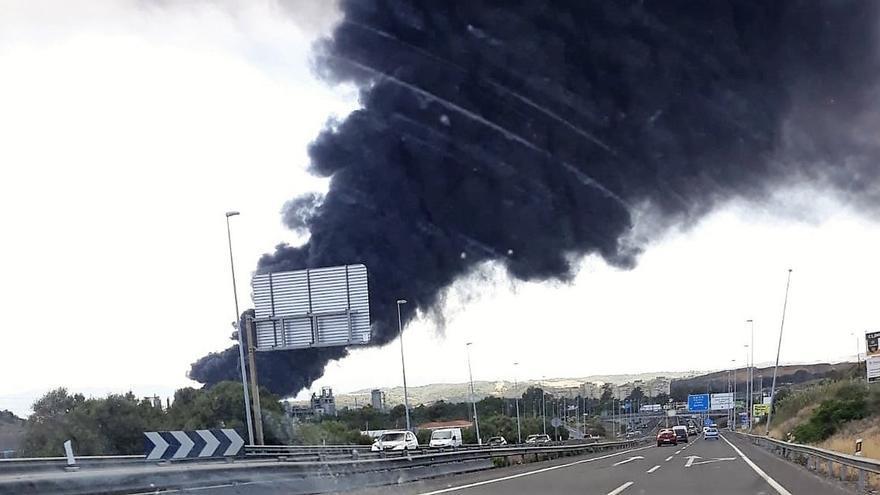 Desalojan el polígono Guadarranque, en San Roque, por un incendio en una fábrica