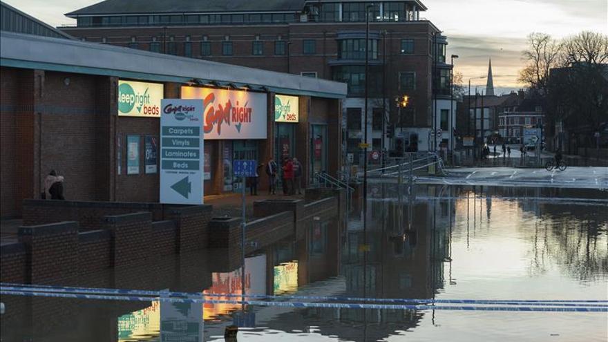 Cameron visita algunas de las zonas inundadas en el norte de Inglaterra
