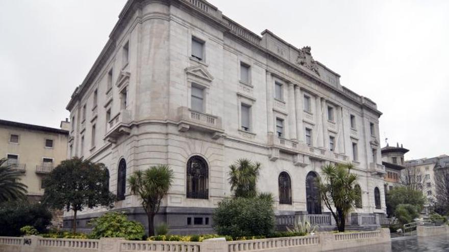 Imagen exterior de la antigua sede del Banco de España en Santander.