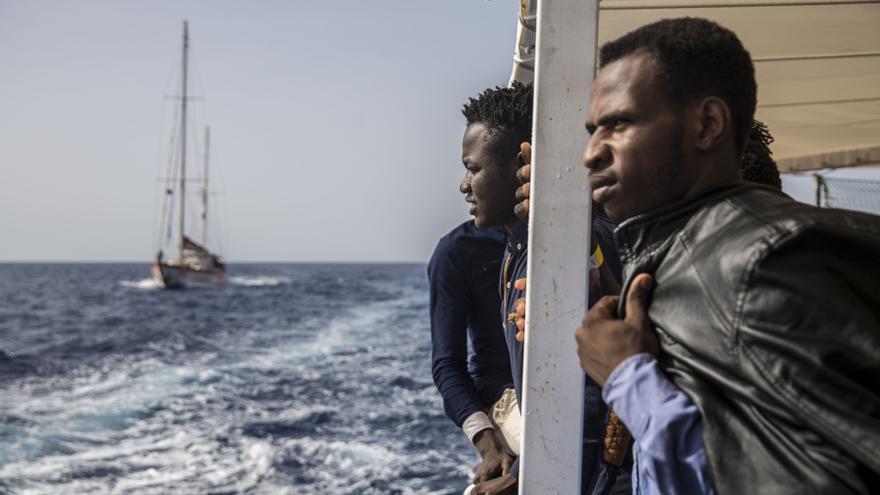 Dos de los rescatados a bordo del Open Arms.