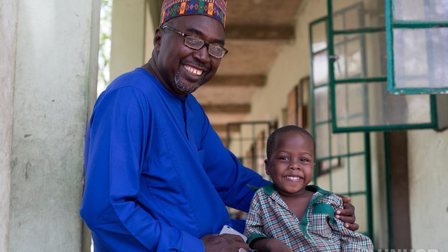 Mustapha y su hijo, matriculado en una clase de guardería en la escuela. Future Prowess Islamic Foundation School, Maiduguri, Estado de Borno, Nigeria.