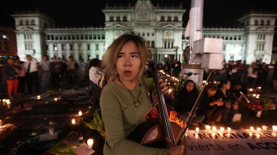 Vigilia de protesta por la muerte de 40 de niñas tras un incendio en un centro de menores, en Ciudad de Guatemala (Guatemala).