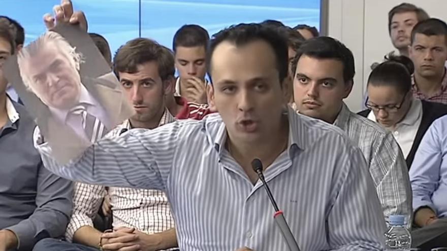 Antonio José Mesa rompe una foto de Bárcenas durante el debate para presidir NNGG.