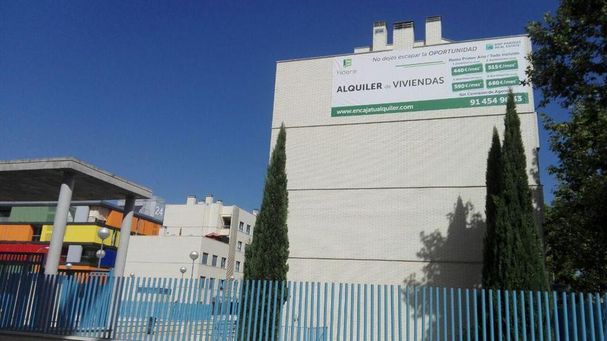 Fachada de una de las urbanizaciones del PAU de Carabanchel donde se ofertan pisos de Fidere. / S.P