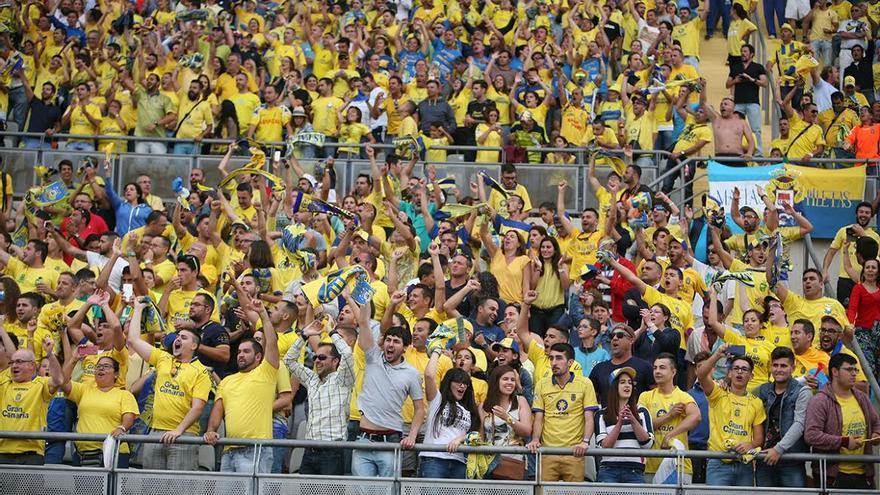 La afición de la UD Las Palmas celebra el ascenso. (ALEJANDRO RAMOS)
