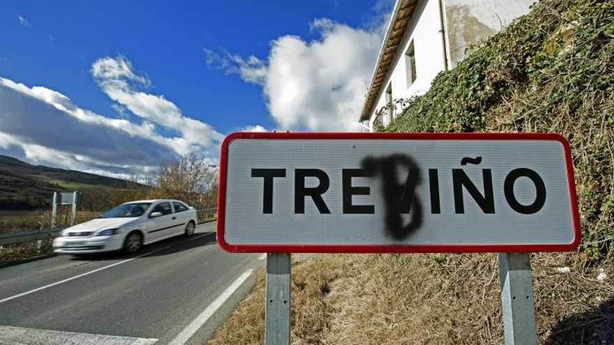 Cartel de entrada a Treviño