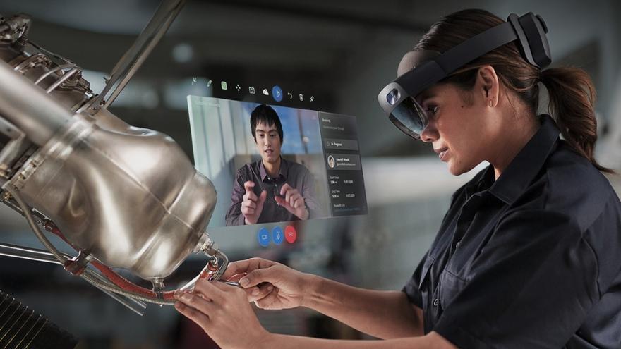 Operaria haciendo uso de la realidad mixta con las gafas Hololens, de Microsoft (imagen de Microsoft).