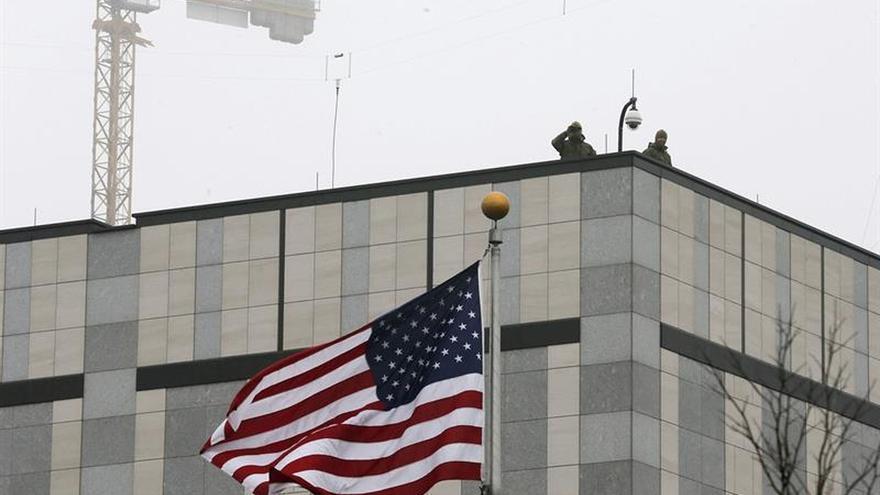 Lanzan un explosivo contra la embajada de EEUU en Kiev