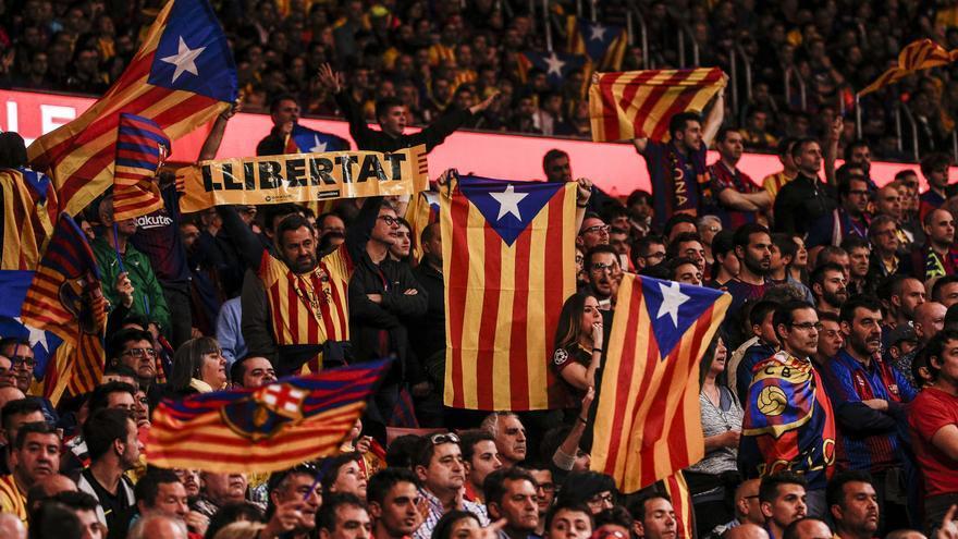 Aficionados del Barça con banderas esteladas en la final de la Copa.