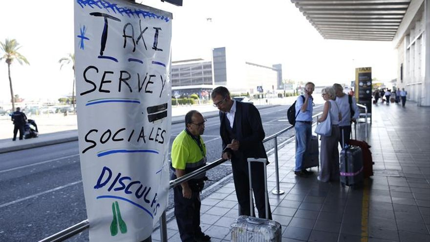 Los taxistas inician una huelga que quiere colapsar el aeropuerto y el puerto de Barcelona