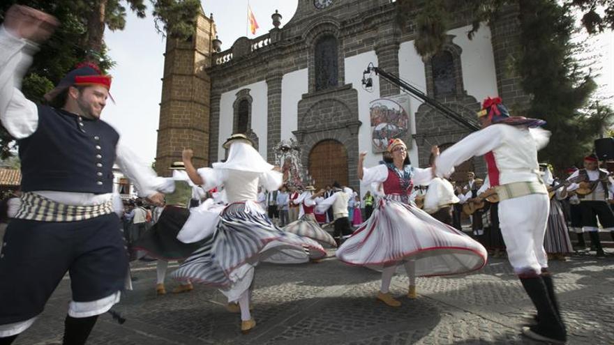 Los municipios de Gran Canaria presentan sus carretas con ofrendas a la Virgen del Pino. EFE/Quique Curbelo