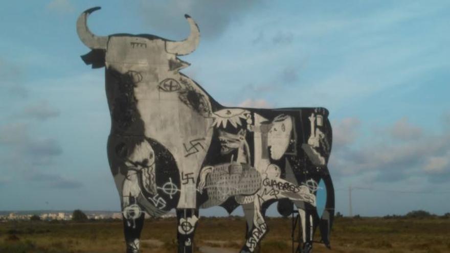 El toro de Osborne de Santa Pola, repleto de pintadas fascistas