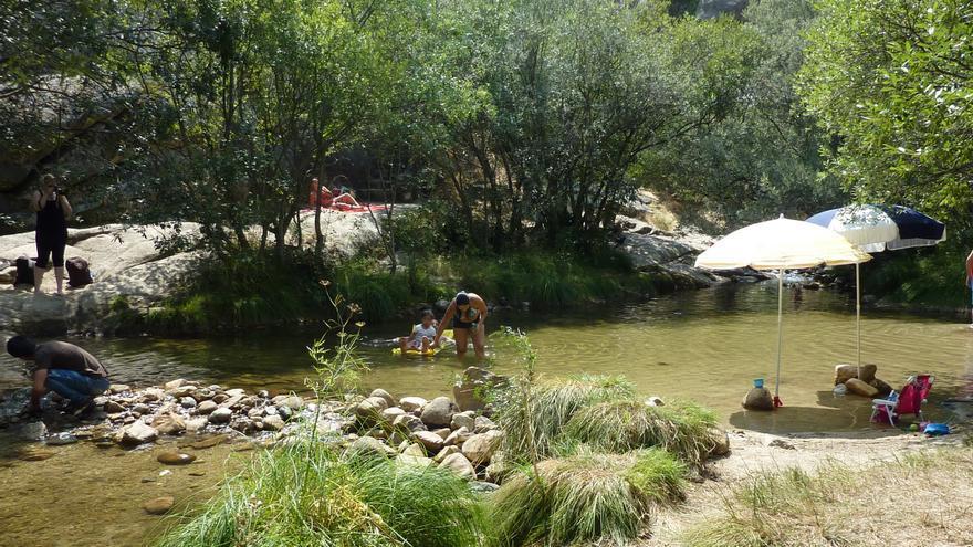 Las represas para crear piscinas en el Río Manzanares en La Pedriza deterioran el parque nacional.