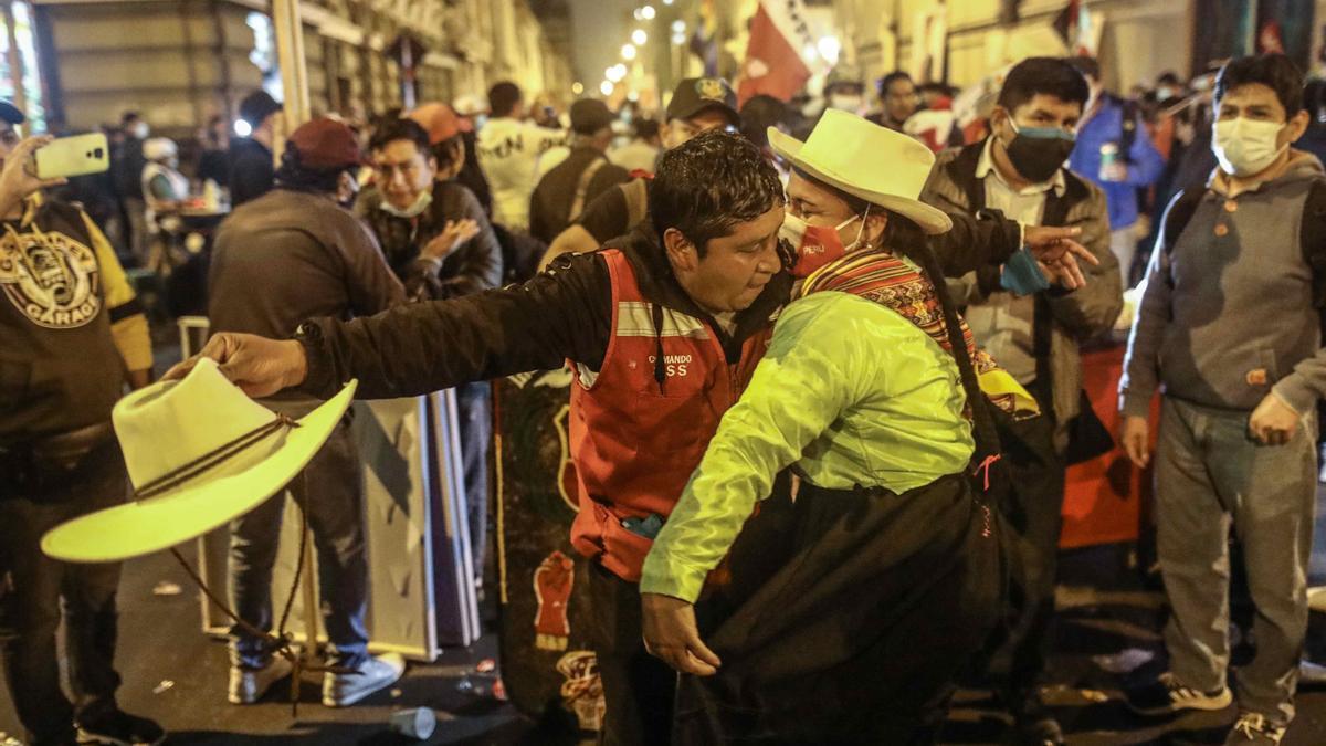 Seguidores del candidato Pedro Castillo bailan frente a la sede de su partido Perú Libre, en Lima.