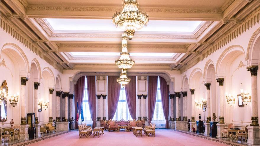 Una de las múltiples salas del Palacio del Parlamento, en Bucarest.