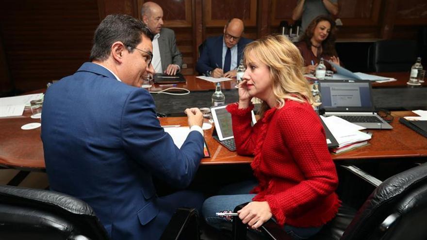 El vicepresidente del Gobierno de Canarias, Pablo Rodríguez (i), y la consejera de Hacienda, Rosa Dávila (d). EFE/Elvira Urquijo A.