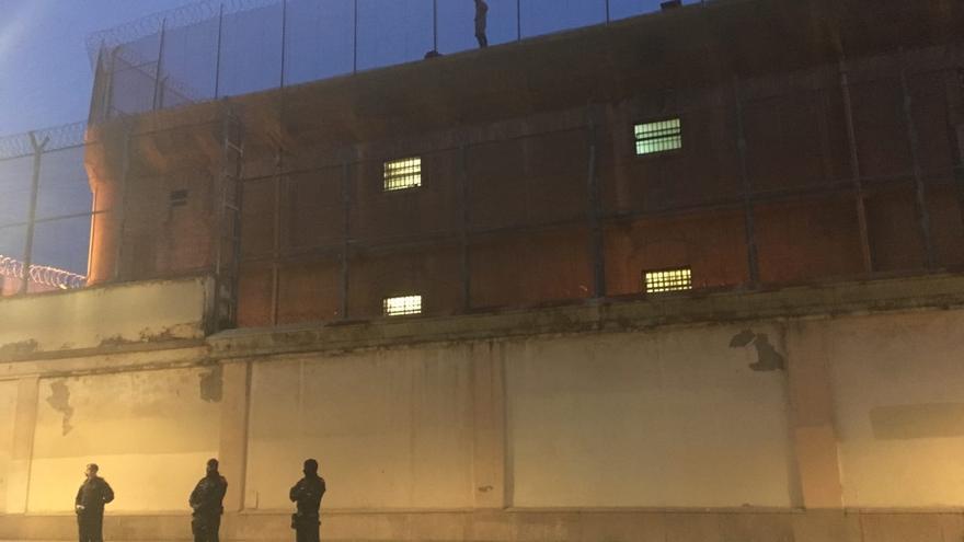 El preso en lo alto de la cárcel Modelo rodeado de policía