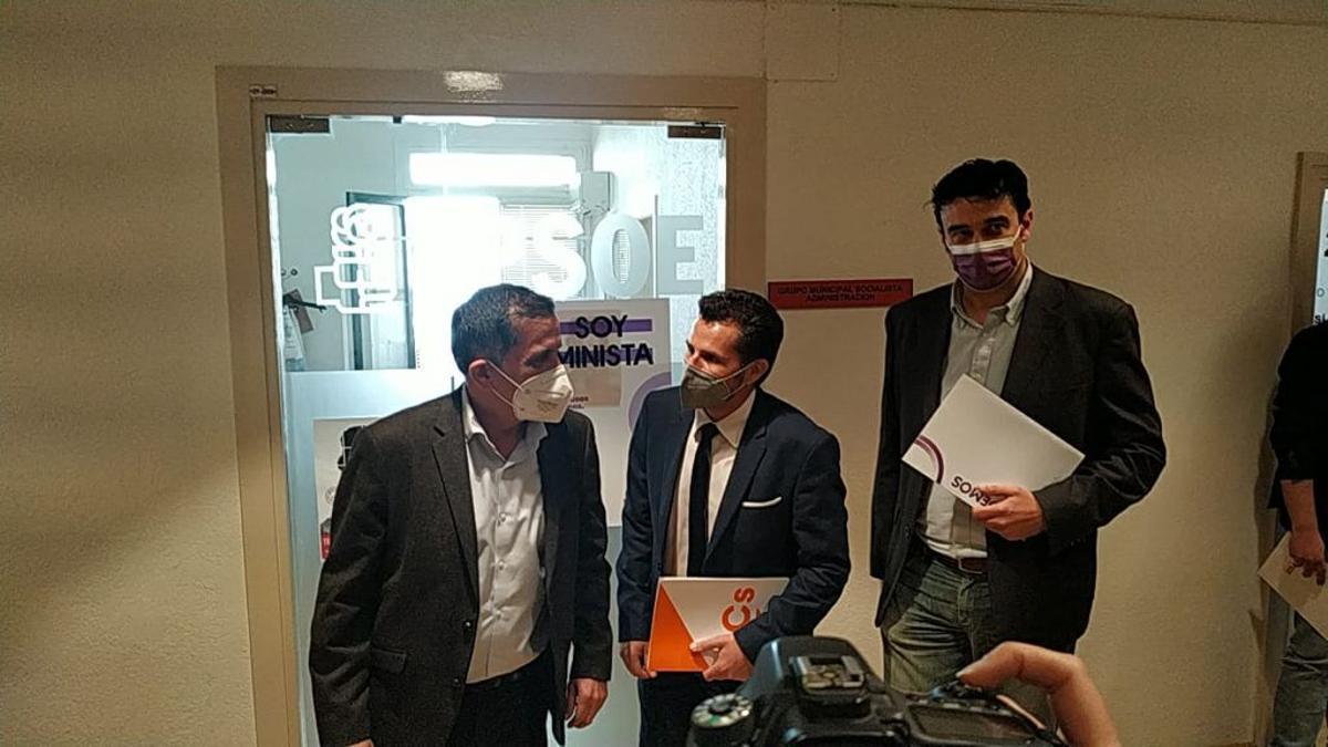 José Antonio Serrano (PSOE), Mario Gómez (Ciudadanos) y Ginés Ruiz (Podemos)