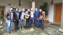 El grupo folk A Roda con el secretario general de Política Lingüística de la Xunta, Valentín García (segundo por la derecha).
