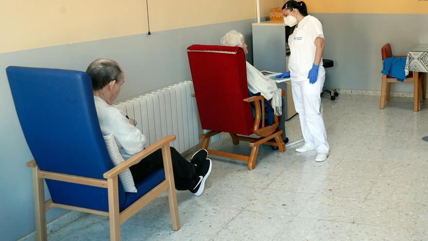Los mayores piden ante los contagios en centros más personal que mejore su atención