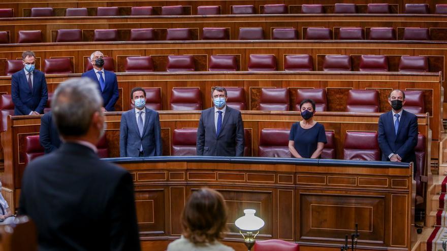 El candidato de Ciudadanos a la Presidencia de la Comunidad de Madrid, Edmundo Bal; el portavoz del PNV en el Congreso, Aitor Esteban y la portavoz de EH Bildu, Mertxe Aizpurua, en el acto en recuerdo y homenaje a las víctimas del terrorismo