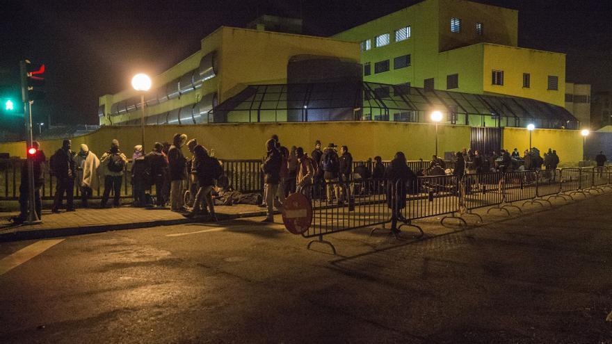 Personas haciendo cola en las inmediaciones de la Brigada Provincial de Extranjería y Fronteras de Aluche.