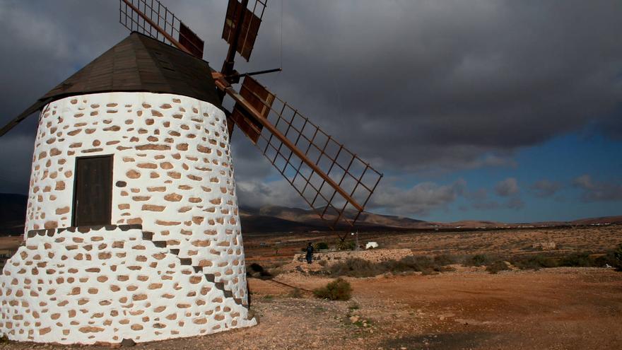 Molino de Valles de Ortega, frente a las llanuras de Mafasca, en Fuerteventura.