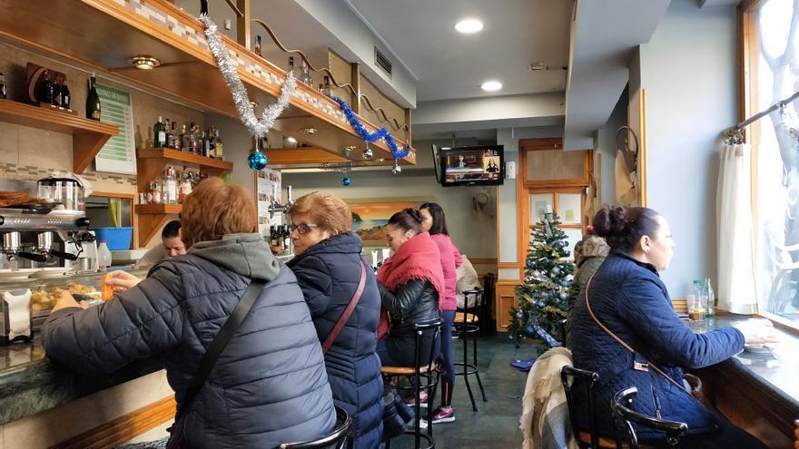 ecinos de Madrid desayunan con el debate de investidura de fondo, en un bar de Usera.