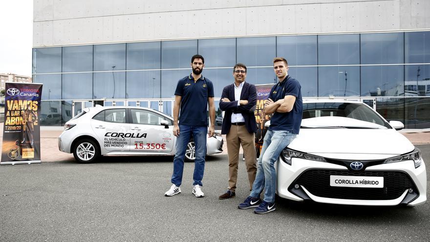 Xavi Rabaseda y Javier Beirán recibieron sus respectivos Toyota Corolla híbridos de la mano de  Jorge Luzardo.