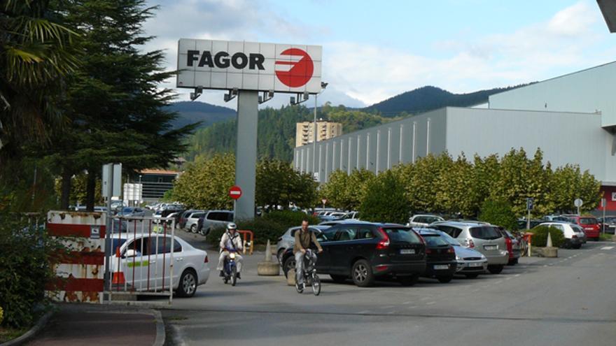 Trabajadores de Fagor Electrodomésticos a su salida de la factoría de Arrasate. /G. A.