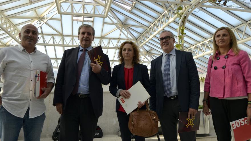 Molleda, De la Sierra, Fernández, Hernando y Cobo posan ante los medios antes de comenzar la reunión. | RUBÉN VIVAR
