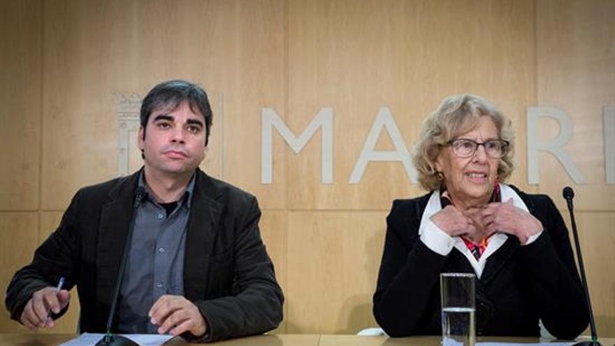 El nuevo concejal de Economía y Hacienda, Jorge García Castaño, y la alcaldesa de Madrid, Manuela Carmena.