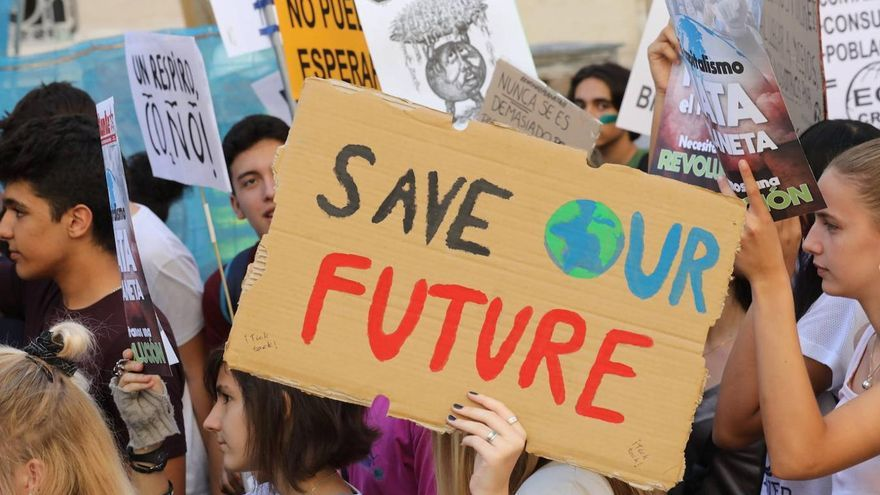 """Una joven sujeta un cartel en el que se puede leer """"Save our future"""" (salvad nuestro futuro) durante una manifestación del Sindicato de Estudiantes"""