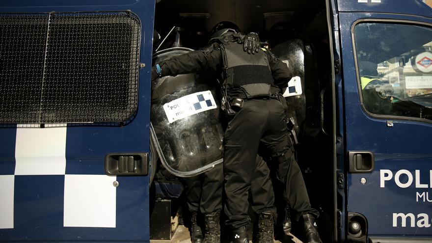 Vecinos y activistas se enfrentan a la policía municipal en Lavapiés tras el desalojo de un discapacitado. / Olmo Calvo