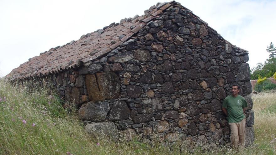 Isidoro junto a un pajero en El Frontón Alto (El Castillo. Garafía).