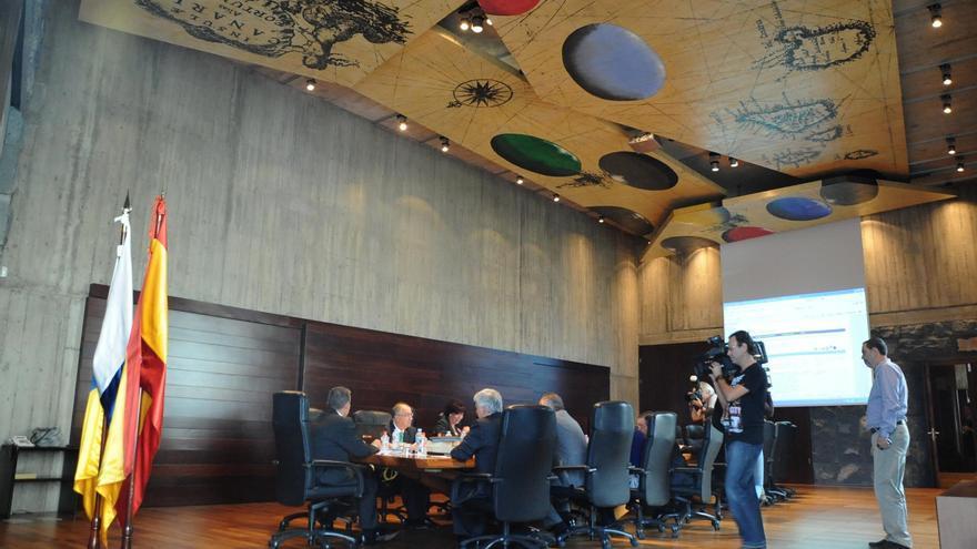Canarias se reúne con Montoro pero niega estar negociando su acceso al Fondo de Liquidez Autonómico