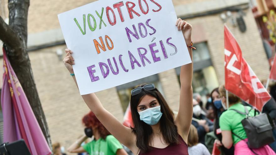 """Una joven sostiene una pancarta donde se lee """"Voxotros no nos educaréis"""", durante una concentración de la 'Marea Verde' frente a la Consejería de Educación de la Región de Murcia"""
