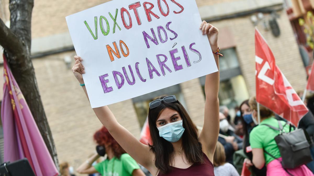 """Una joven sostiene una pancarta donde se lee """"Voxotros no nos educaréis"""", durante una concentración de la 'Marea Verde' frente a la Consejería de Educación de la Región de Murcia."""