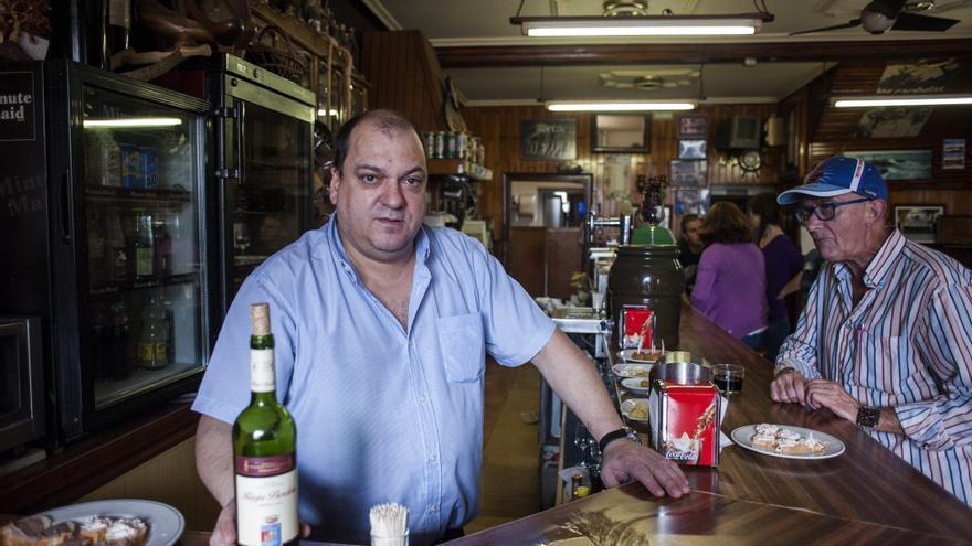 José Antonio Rebanal regenta el Bar Madrazo desde hace nueve años.   Joaquín Gómez Sastre