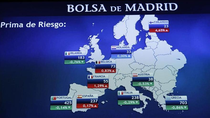 Monitor en la bolsa de Madrid que muestra, entre otras, la prima de riesgo de España, que mide la confianza del mercado en la deuda. / Efe
