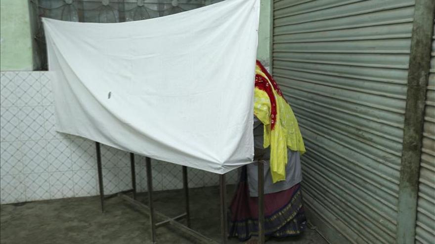 Bangladesh comienza a votar en las generales entre la violencia y el boicot