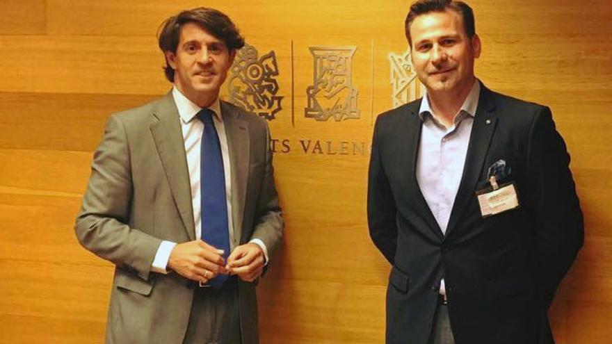 El vicepresidente de la Diputación de Alicante, Alejandro Morant (derecha), en las Corts