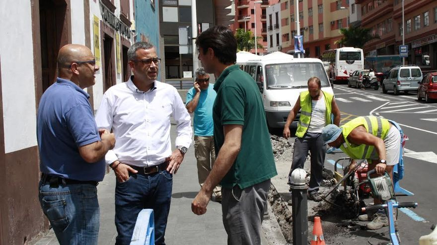 Sergio Matos (centro), en el tramo de la Avenida de El  Puente donde se instalan las nuevas luminarias en el entorno del Mercado Municipal de La Recova.