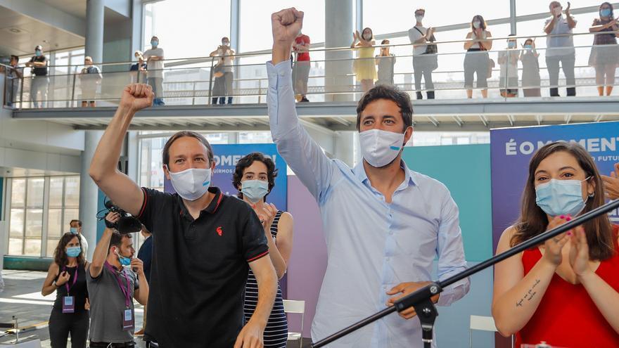 El vicepresidente segundo del Gobierno y líder de Podemos, Pablo Iglesias; y el candidato de Galicia en Común-Anova Mareas, Antón Gómez-Reino, levantan el puño en un acto público en el Auditorio Mar de Vigo, en Vigo,