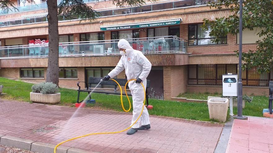 Momento en que se procede a desinfectar la residencia Cardenal Marcelo.
