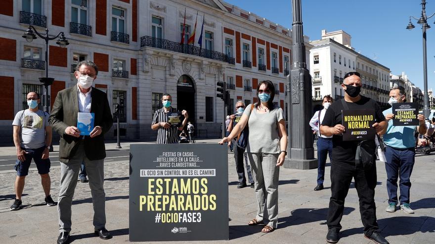 Integrantes de la Asociación de empresarios deocionocturnode la Comunidad de Madrid (Noche Madrid), durante un concentración este miércoles ante la Real Casa de Correos, Puerta del Sol, para reclamar la apertura de sus locales al Gobierno regional, al que entregaron un documento de medidas de prevención contra la COVID-19.