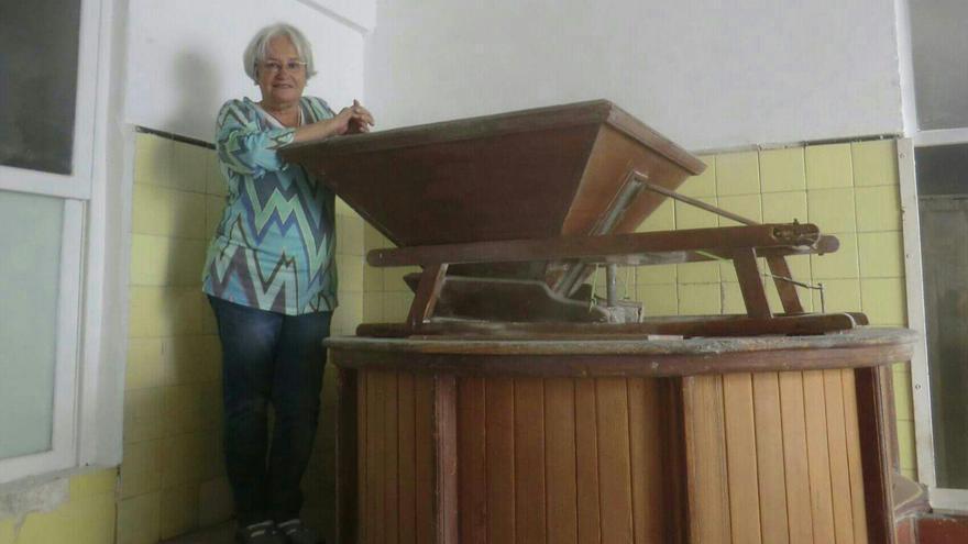 María Victoria Hernández en un molino de Gofio.