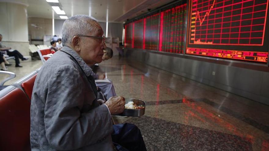 Hong Kong cede un 0,12 por ciento a media sesión