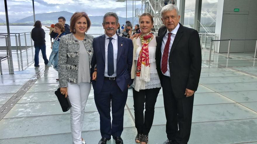 Revilla y AMLO junto a sus esposas en el Centro Botín de Santander.