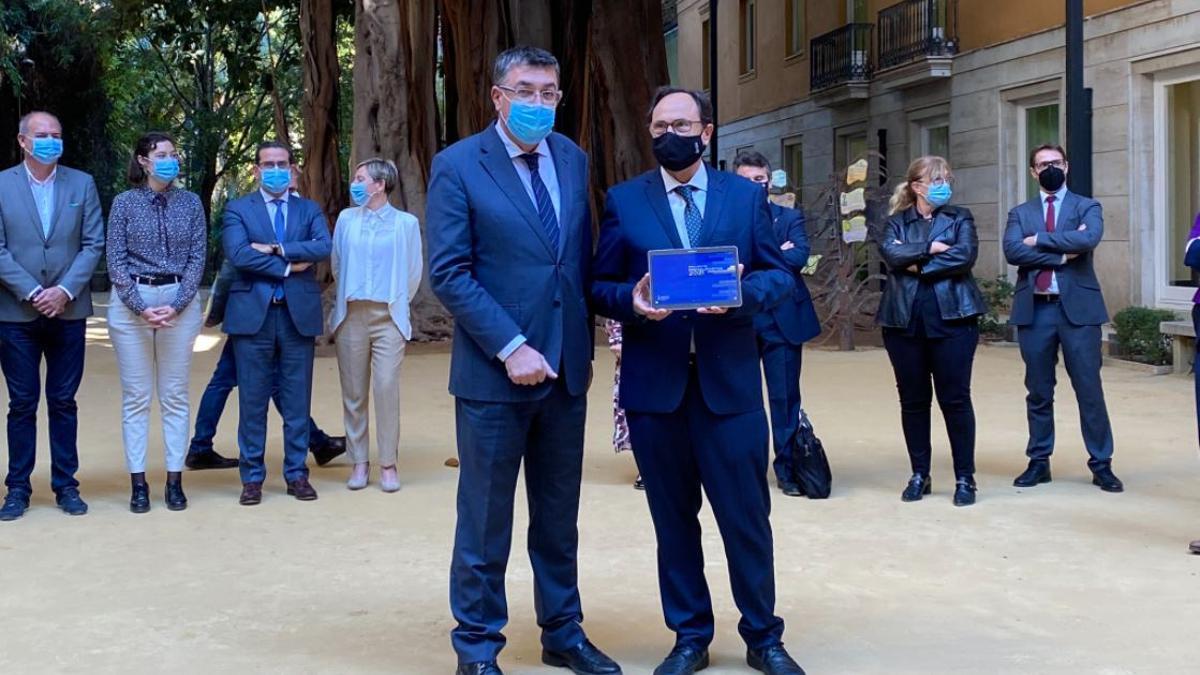 El conseller Vicent Soler entrega una còpia dels pressupostos a les Corts.